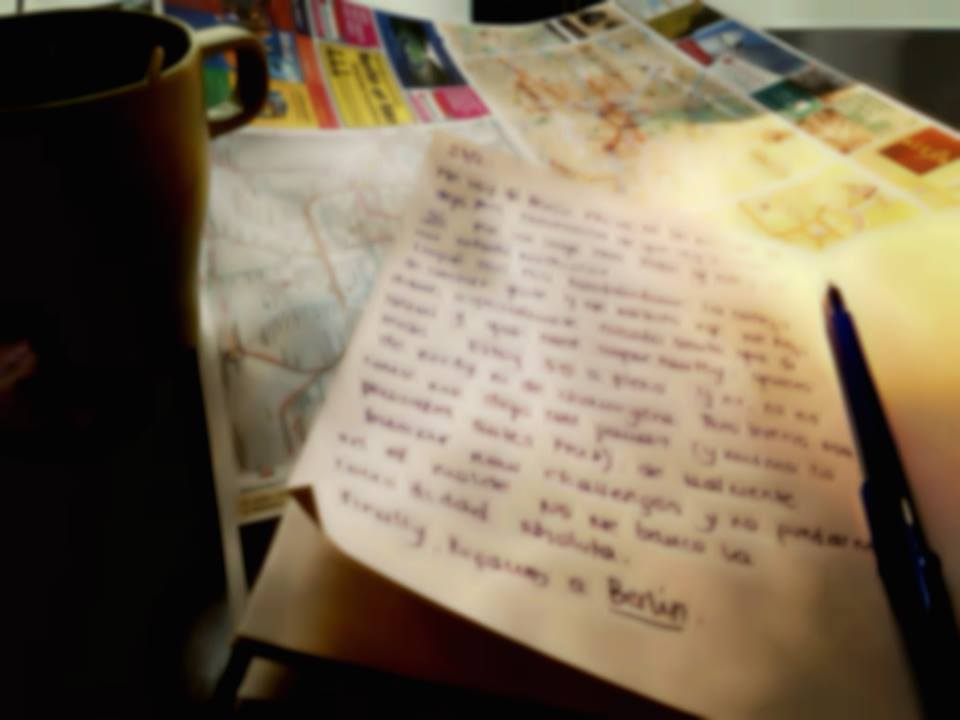 Un cuaderno, un mapa, un cafe.