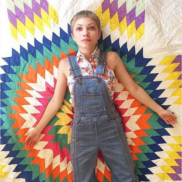Tavi Gevinson sobre una alfombra