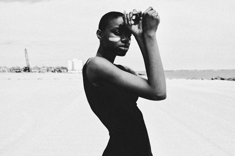"""""""Marea baja"""", fotografía de Clara Cohen, estilismo por Naima Karp y con Naima Karp como modelo."""