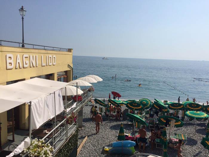 """Este balneario """"Bagni Lido"""" es uno de los tantos que hay. Si no ocupan playas enteras, recortan alguna parte de las playas públicas e incluso, como en este caso, del agua del mar. *enojo*"""