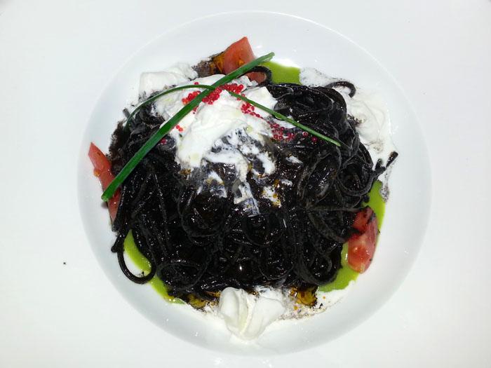 Spaghetti con salsa nero, stracciata de buffala y algo piselli (ulti noche lpm)