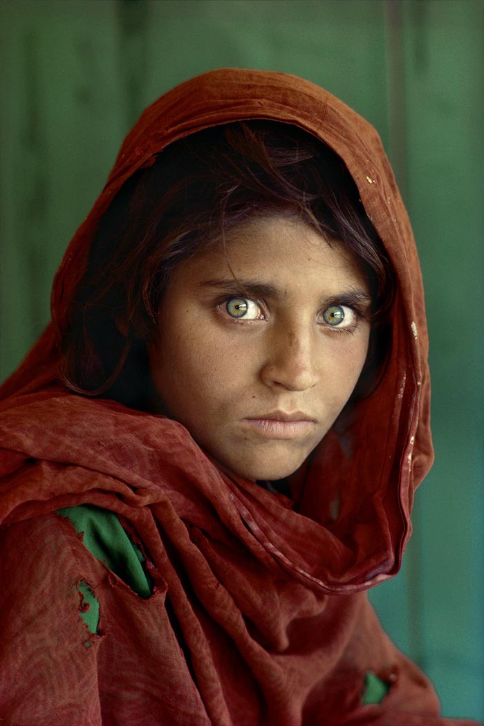 La chica afgana, el retrato más famoso de McCurry, publicado en la tapa del National Geographic en 1985.