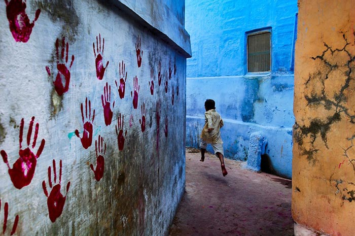 nino_corriendo_por_los_callejones_india_steve-mccurry
